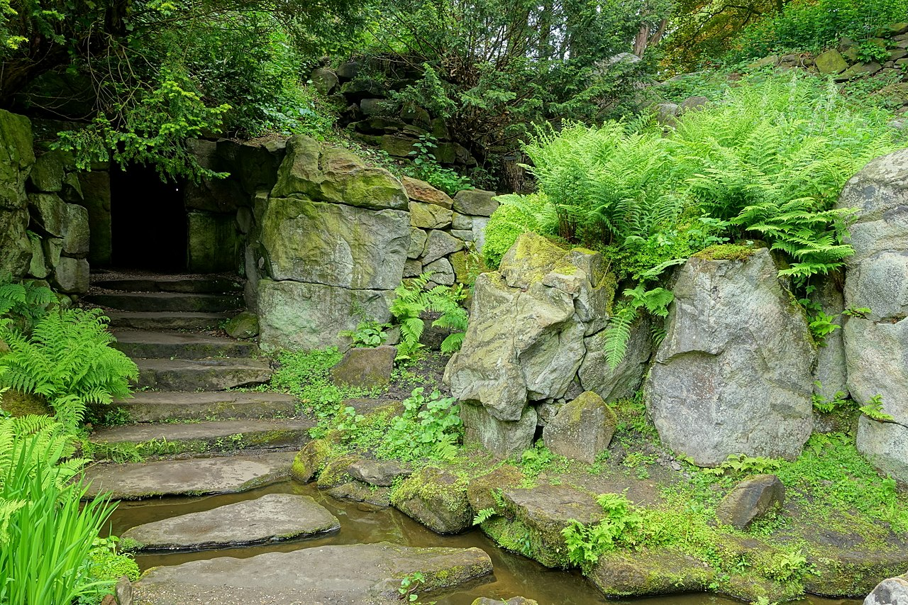 1280px-Walkway_-_Biddulph_Grange_Garden_-_Staffordshire,_England_-_DSC09436.jpg