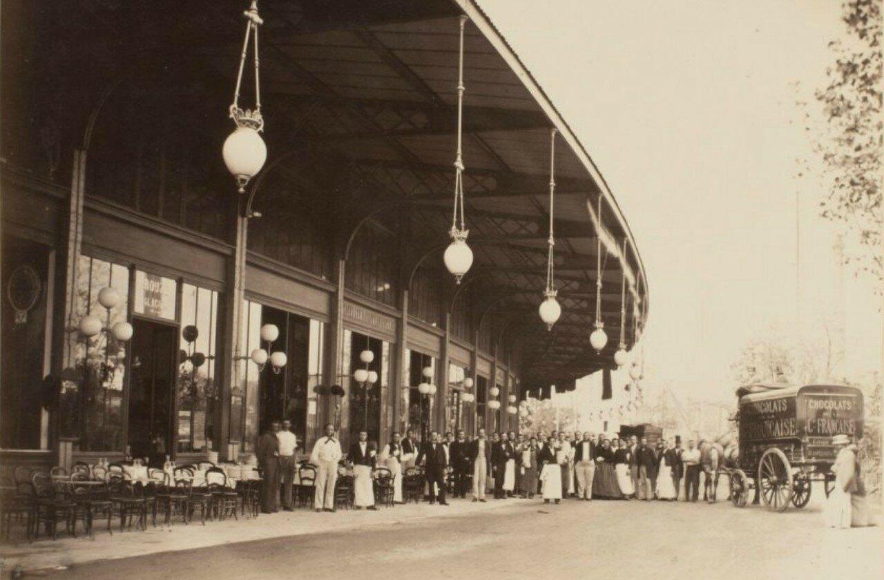 13. Главный павильон. Служащие ресторанов возле своих заведений.jpg