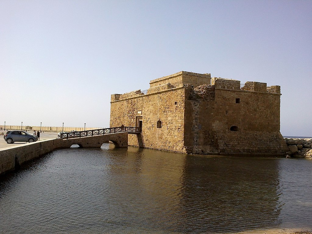 13-16 px-Chypre_Paphos_Fort_Medieval_-_panoramio.jpg