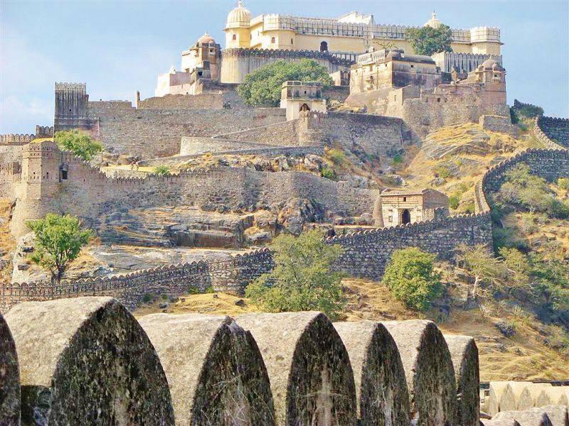 1447834415_1.samye-bolshie-v-indii-krepost-kumbalgarh-i-dzhaynskiy-hram-ranakpur.jpg