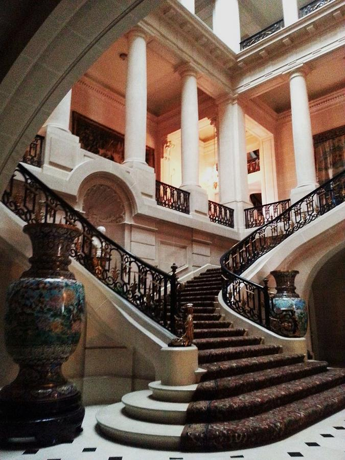 14Carolands_Chateau,_Grand_Staircase.jpg