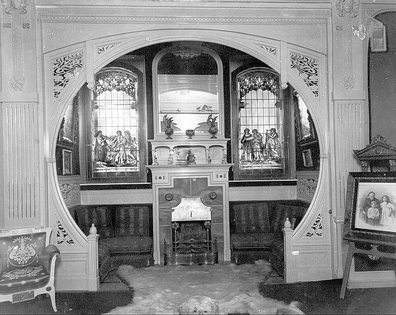 168.Дом Франка, камин в зале.jpg