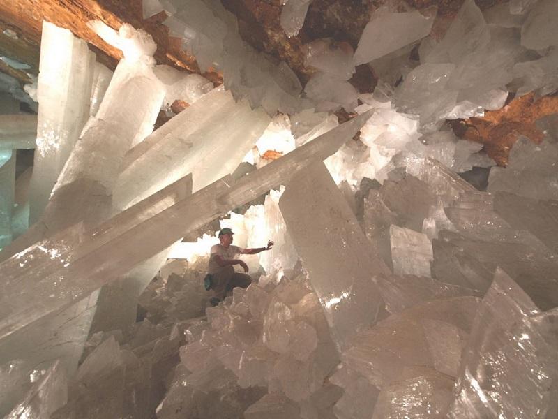 17-Изучение гигантских кристаллов в пещере города Найка, Чиуауа.jpg