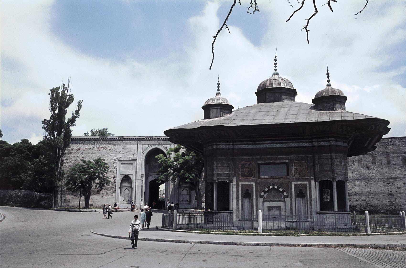 1728Ahmed-III_s-broend-ved-Topkapi-paladset_-Istanbul_-Tyrkiet.-HMH.jpg