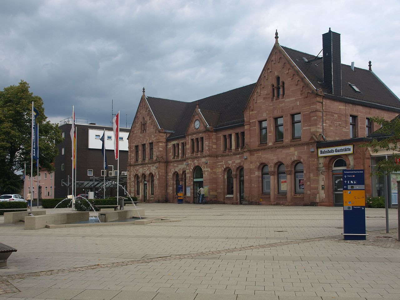 1883Hersfeld_Bahnhof_Vorplatz.jpg