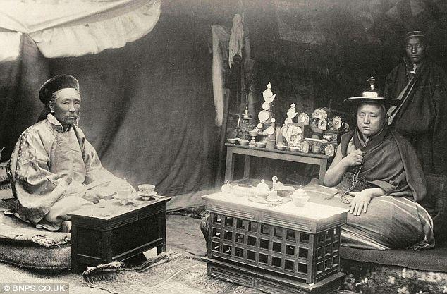 1904 амбань и панчен.jpg