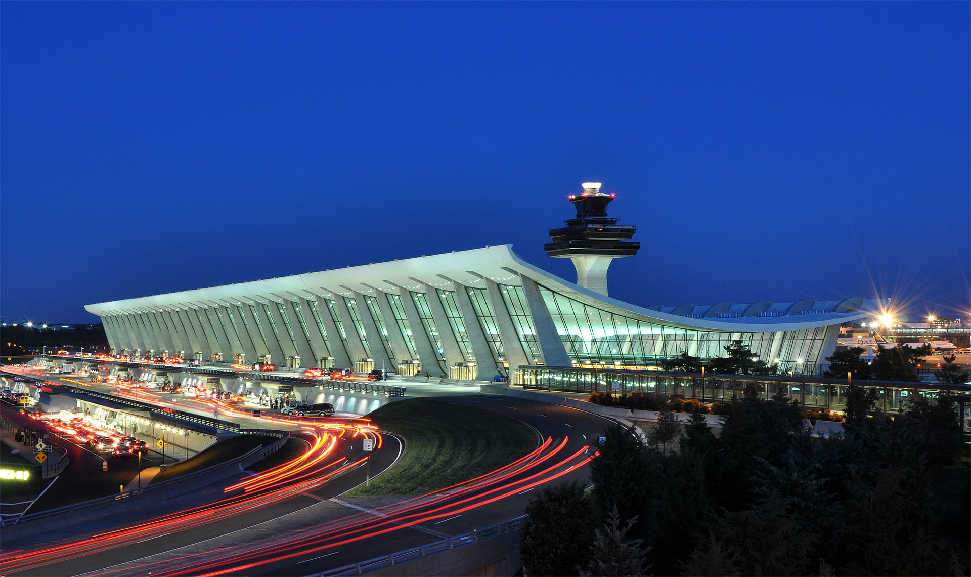 1920px-Washington_Dulles_International_Airport_at_Dusk.jpg