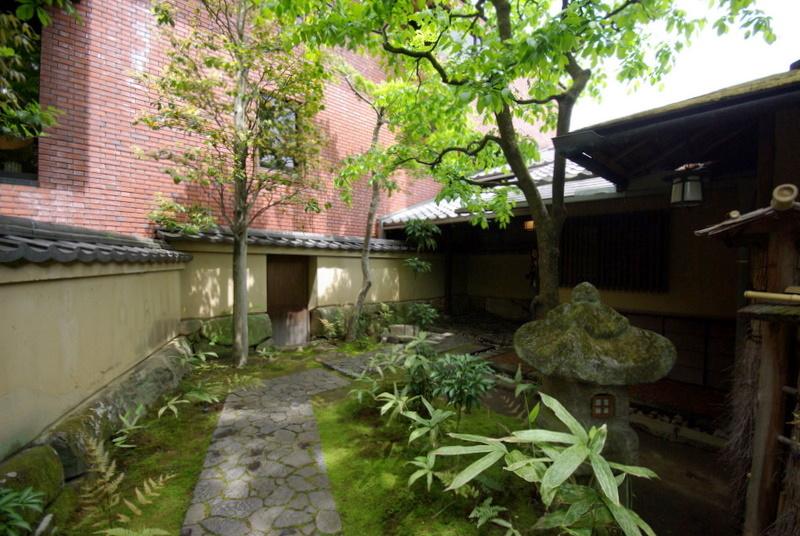 214.Китамура Киндзиро.Дорожка к боковому входу.jpg