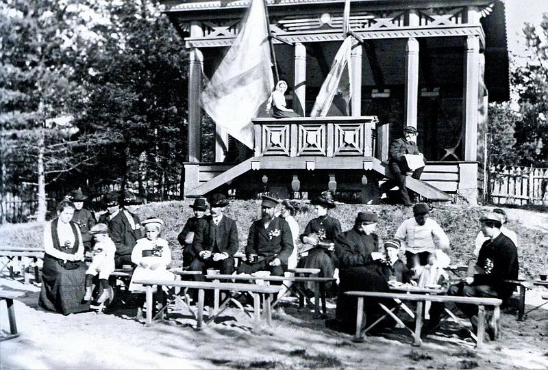 219.Перед беседкой (1909 г.).jpg
