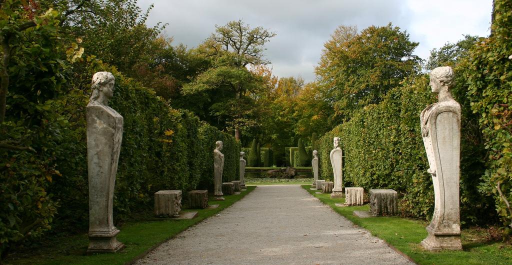 25-11-14-Britains-Gardens-Chatsworth-Derbyshire-Chatsworth-Statues.jpg