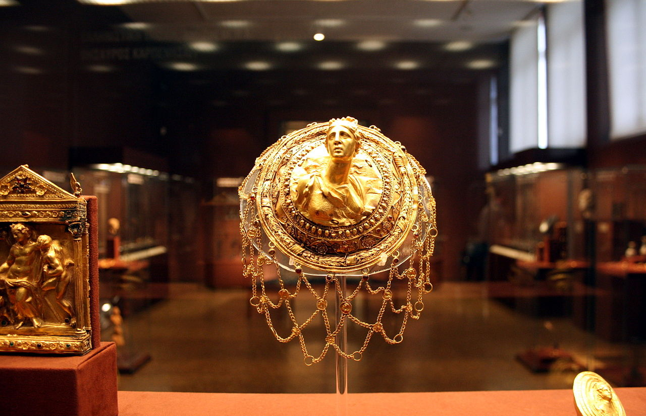 3-_Archaeological_Museum,_Athens_-_Gold_hairnet_-_Photo_by_Giovanni_Dall'Orto,_Nov_11_2009.jpg
