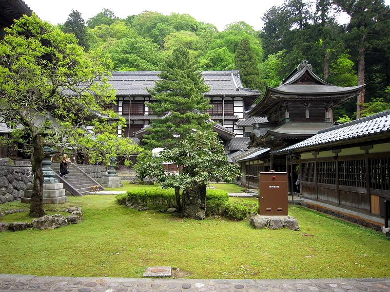 317.Эйхэй-дзи.Помещение для монахов.слева Храма Будды, справа ворота тюдзякумон.jpg