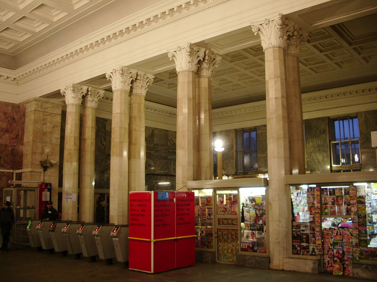 38x-Belorusskaya_metro_columns.JPG