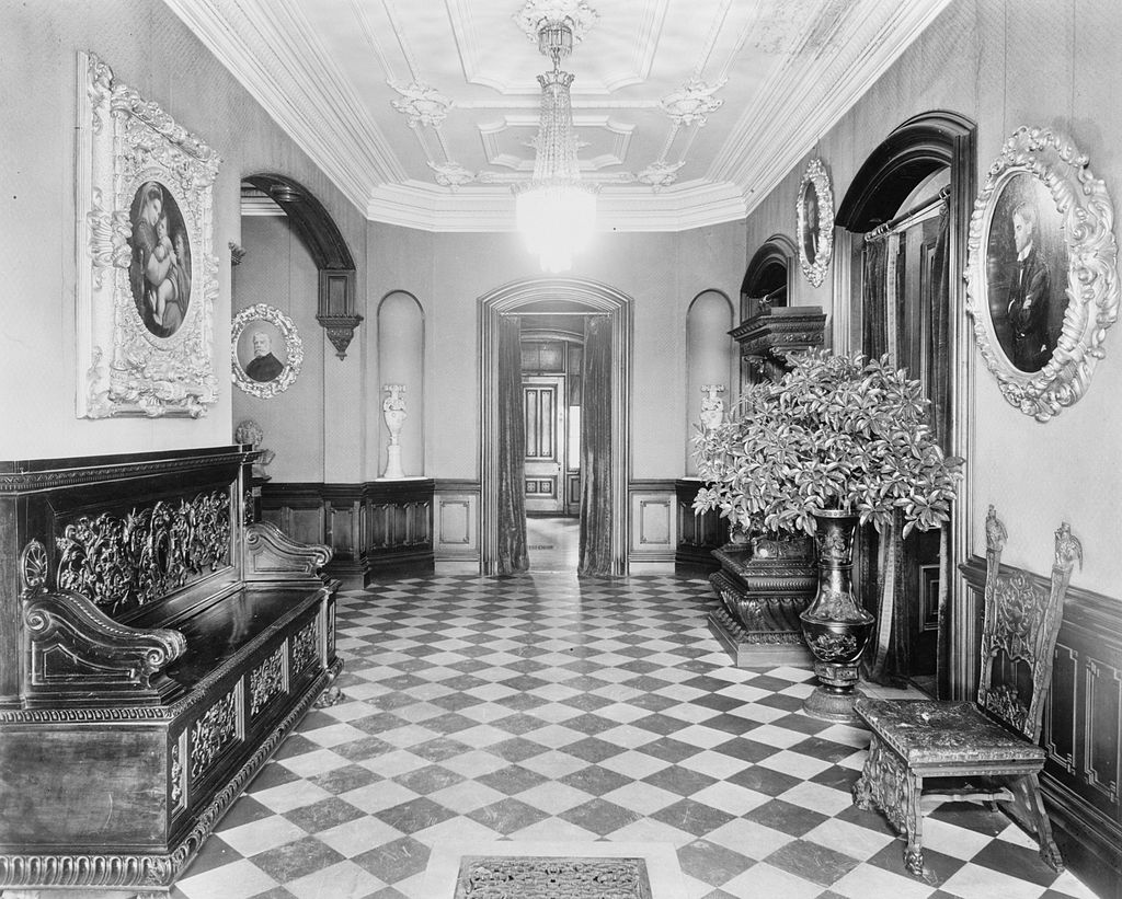 4._John_M._Davies_House,_Entrance_Hall,_Looking_East.jpg