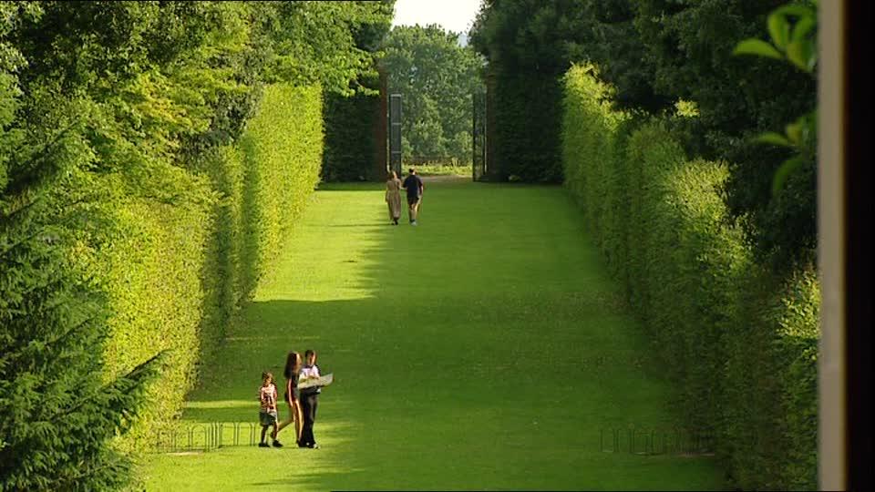 447799122-hidcote-manor-garden-cotswolds-hedgerow-garden-decoration.jpg