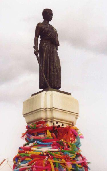 48690362_375pxThao_Suranaree_statue.jpg