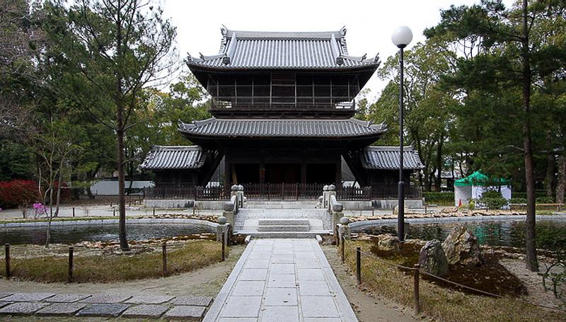 6.Сёфуку-дзи.Мост через пруд и ворота саммон.jpg