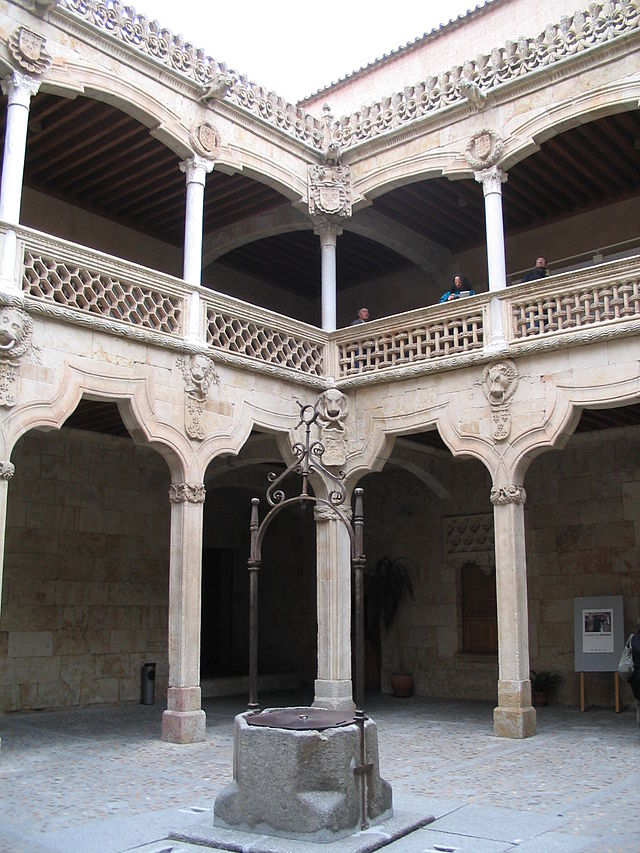 640px-Interior_of_the_house_of_the_shells_in_Salamanca.jpg