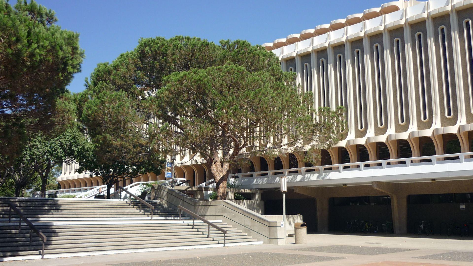 65 сша-UC_Irvine,_Langson_Library.JPG