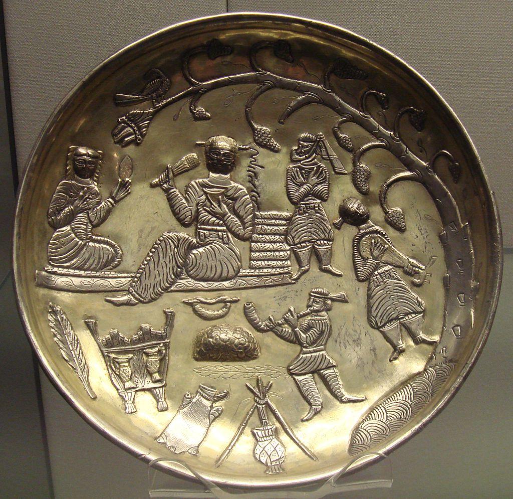 7-8в1024px-Silver_gilt_dish_Tabaristan_7th_8th_century.jpg