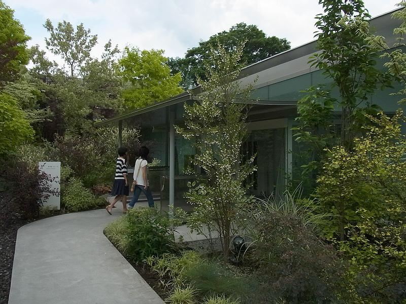 78.Нсидзава Рюэ.Художественный музей Сэндзю Хироси.У входа.jpg