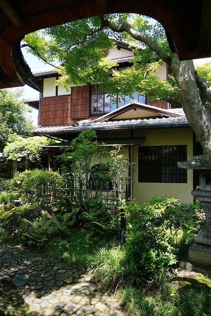 800px-150521_Rokasensuisou_Otsu_Shiga_pref_Japan36s3.jpg