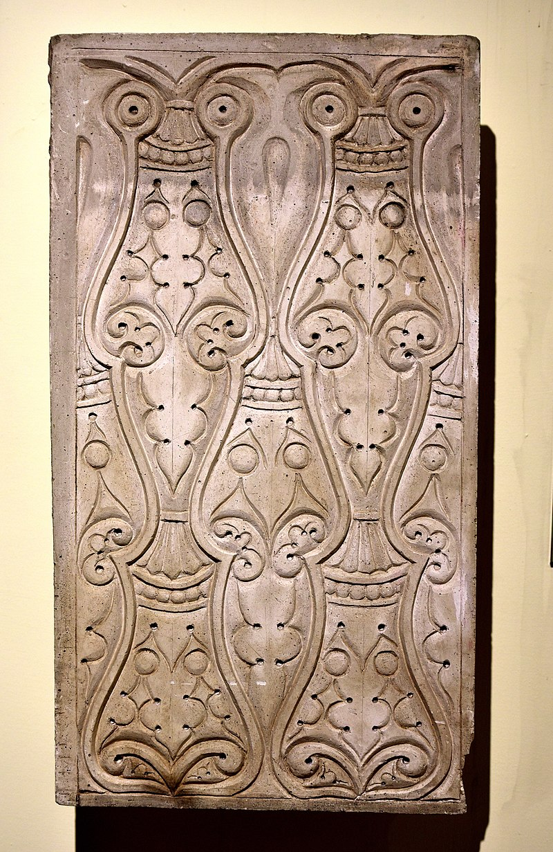 800px-A_carved_stucco_panel_from_Samarra,_Iraq,_3rd_style,_3rd_century_A.H.,_the_Iraq_Museum.jpg