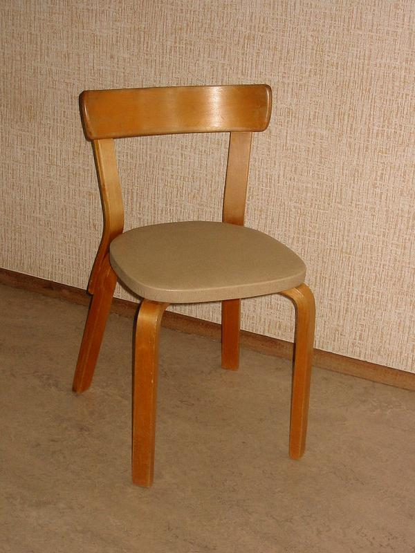 800px-Aalto_chair_front.JPG
