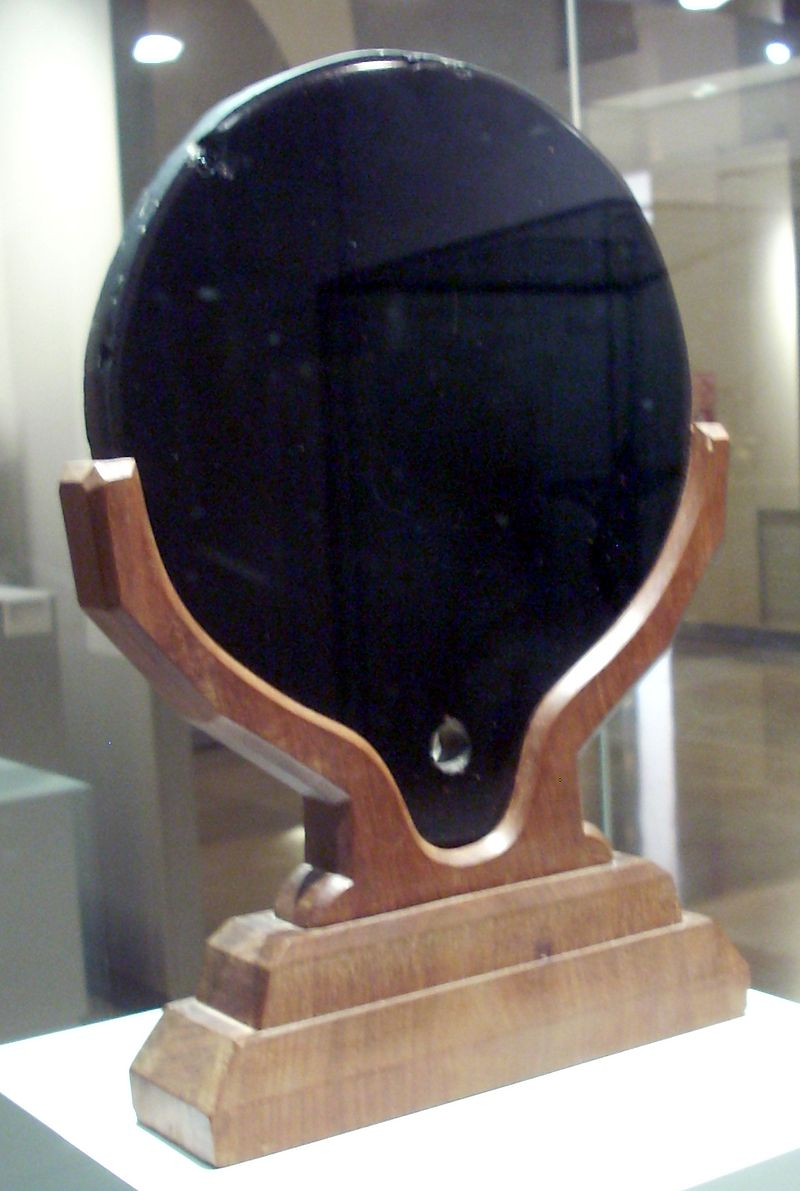 800px-Aztec_mirror,_Museo_de_América,_Madrid.jpg