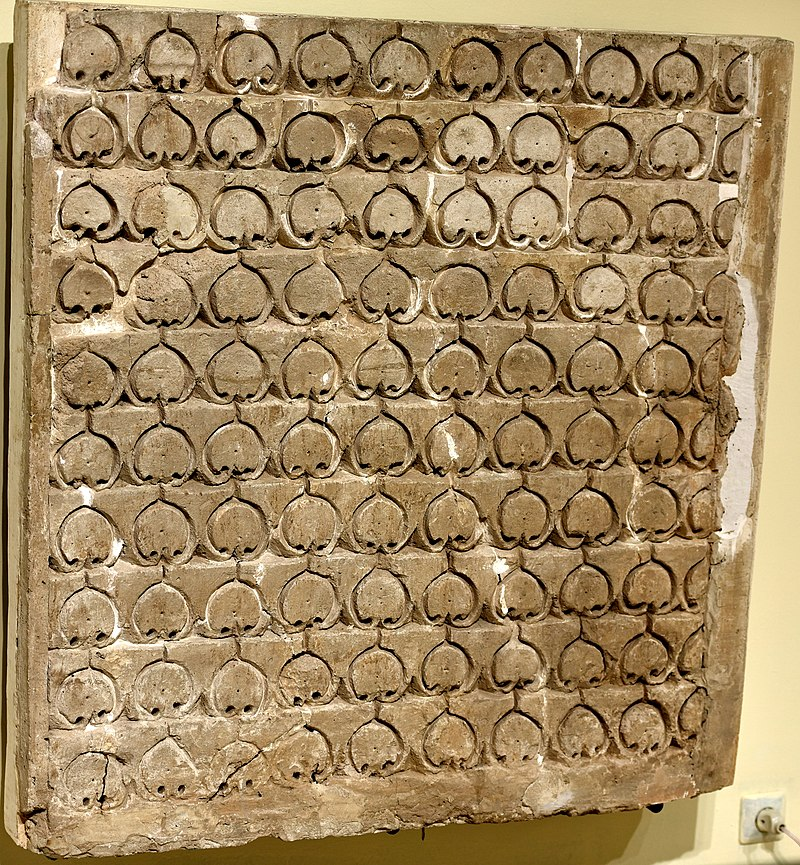 800px-Carved_stucco_panel_from_Samarra,_3rd_century_AH_(9th_century_CE)._Iraq_Museum_in_Baghdad.jpg