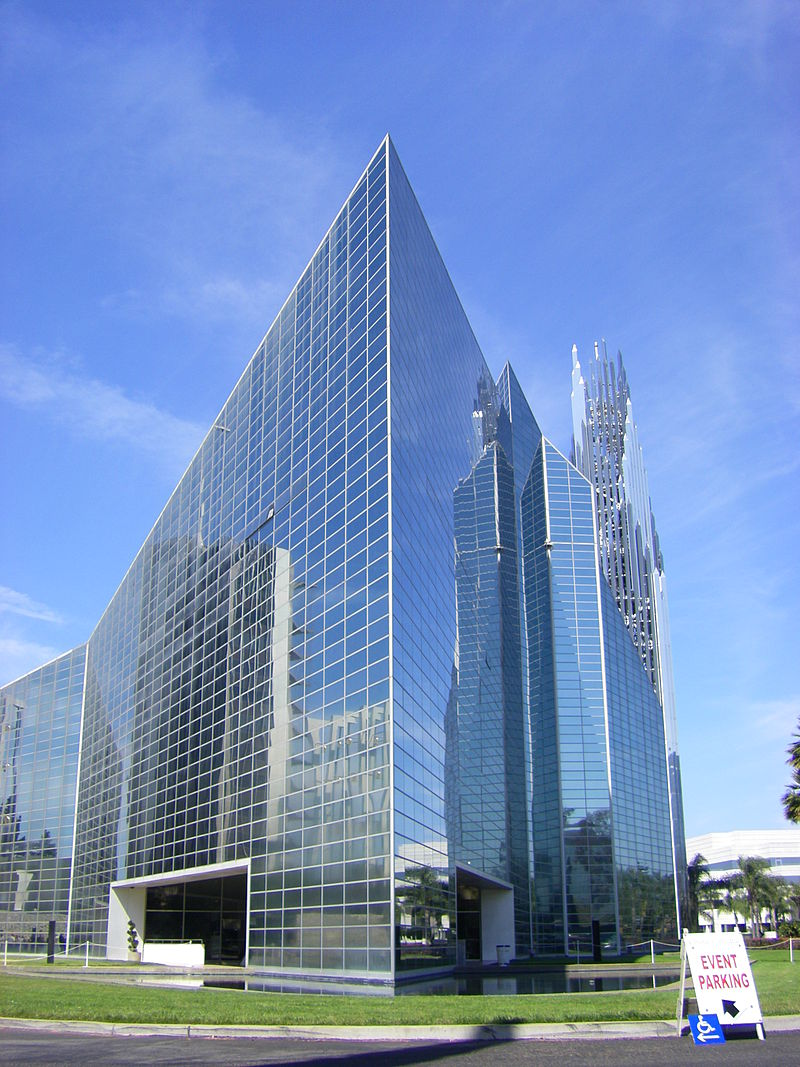 800px-Crystal_Cathedral_on_edge.jpg