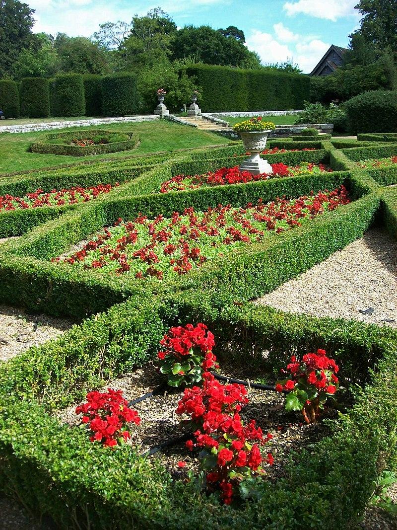 800px-Groombridge_Place,_formal_gardens_1.jpg