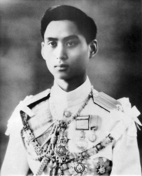 800px-King_Ananda_Mahidol_portrait_photograph.jpg