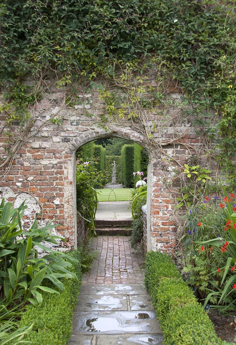 800px-Sissinghurst_Gardens_5_(4907286447) (1).jpg
