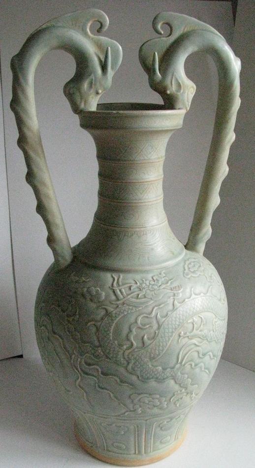 800px-Song_or_Yuan_Celadon_Ware-_Two_Dragon_Handle_Amphora.JPG