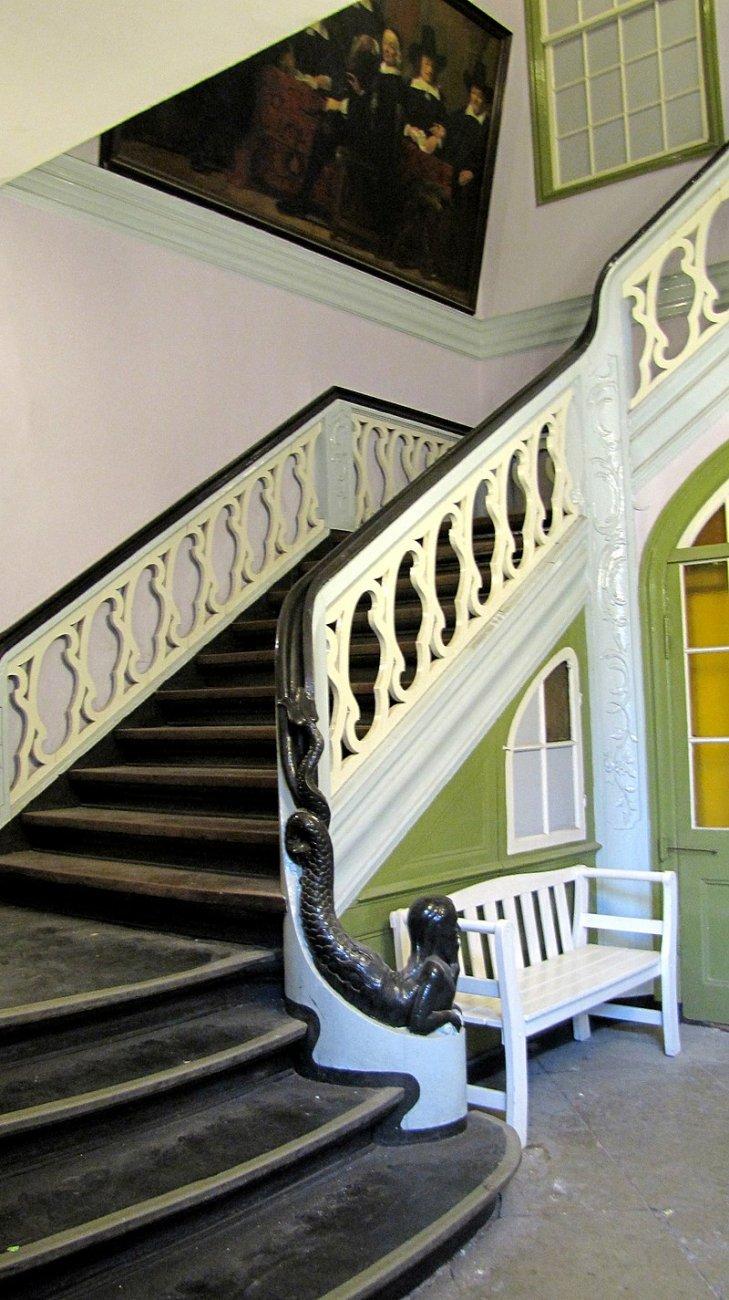800px-StaircaseKönigstr81.JPG