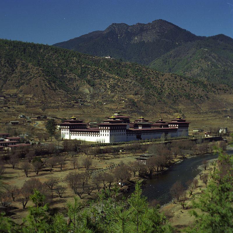 800px-Tashichoedzong-Bhutan-2001.JPG