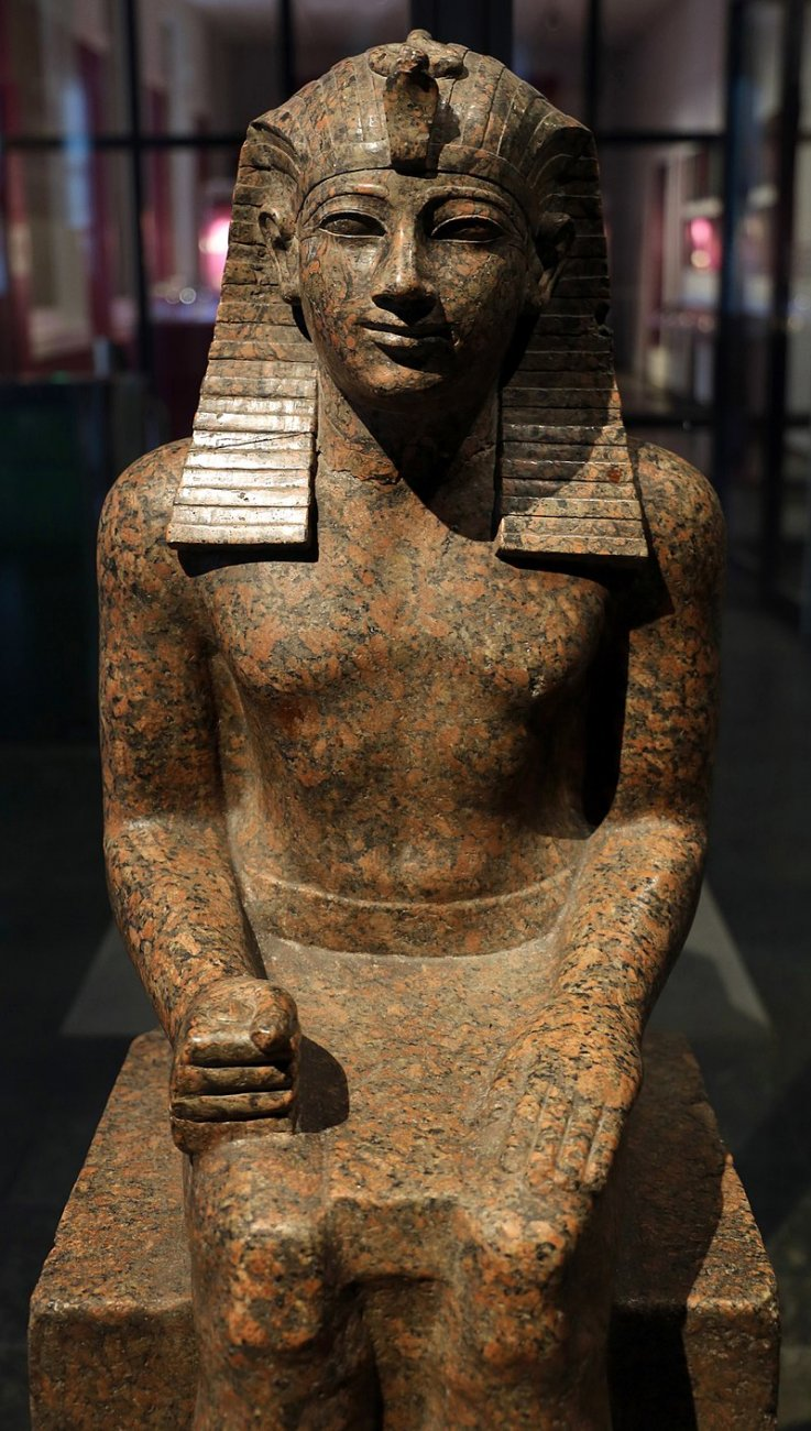 800px-Xi_dinastia,_statua_seduta_di_chety,_forse_da_karnak,_2080-1940_ac_ca._02.jpg
