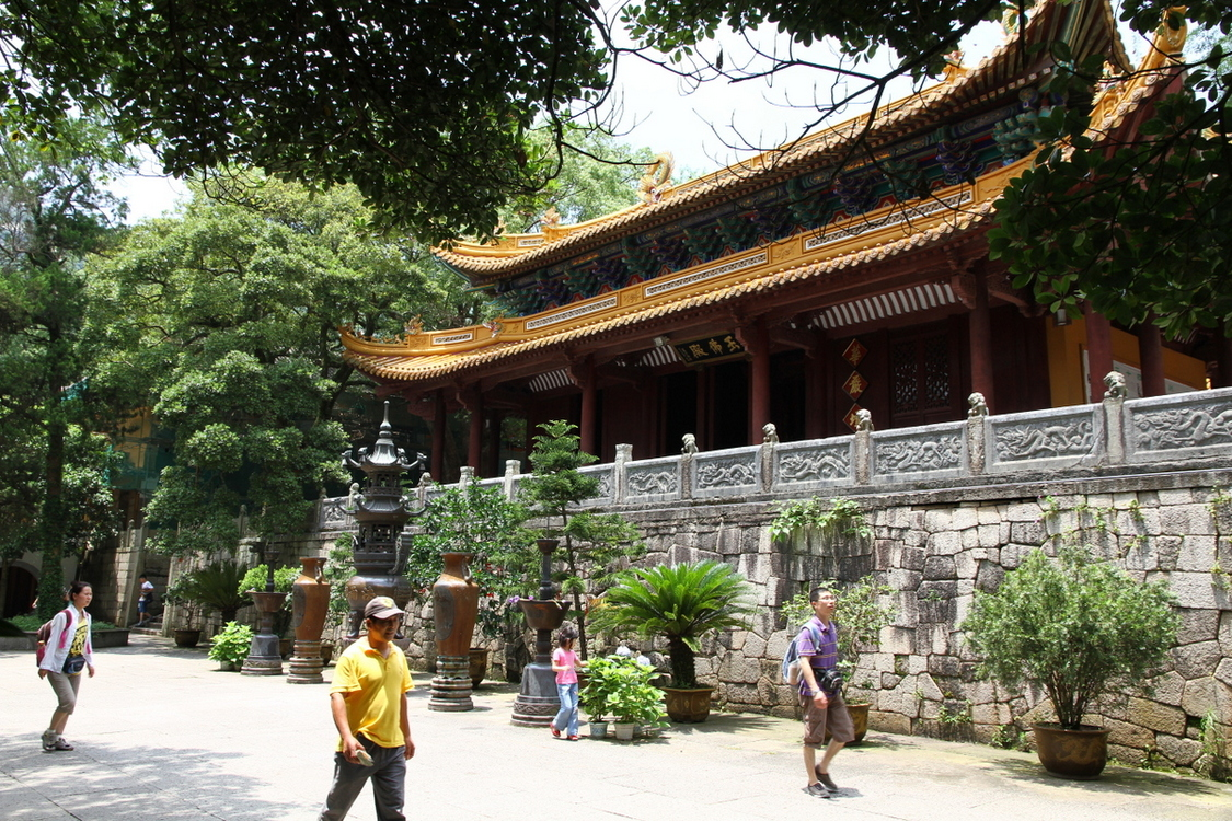 A_hall_in_Fayu_Temple_on_Putuo_Shan_island_in_China.JPG