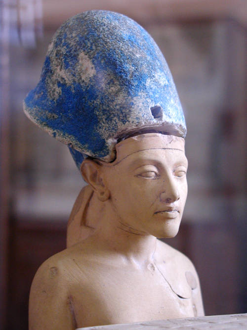 Akhenaten_with_blue_crown.jpg