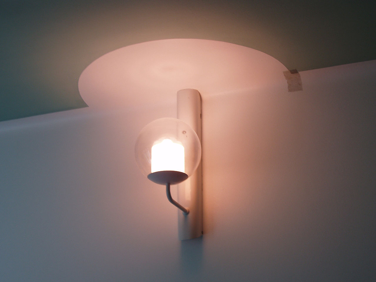 Alvar_Aalto,_Paimio_Sanatorium,_Bedroom_lamp.jpg