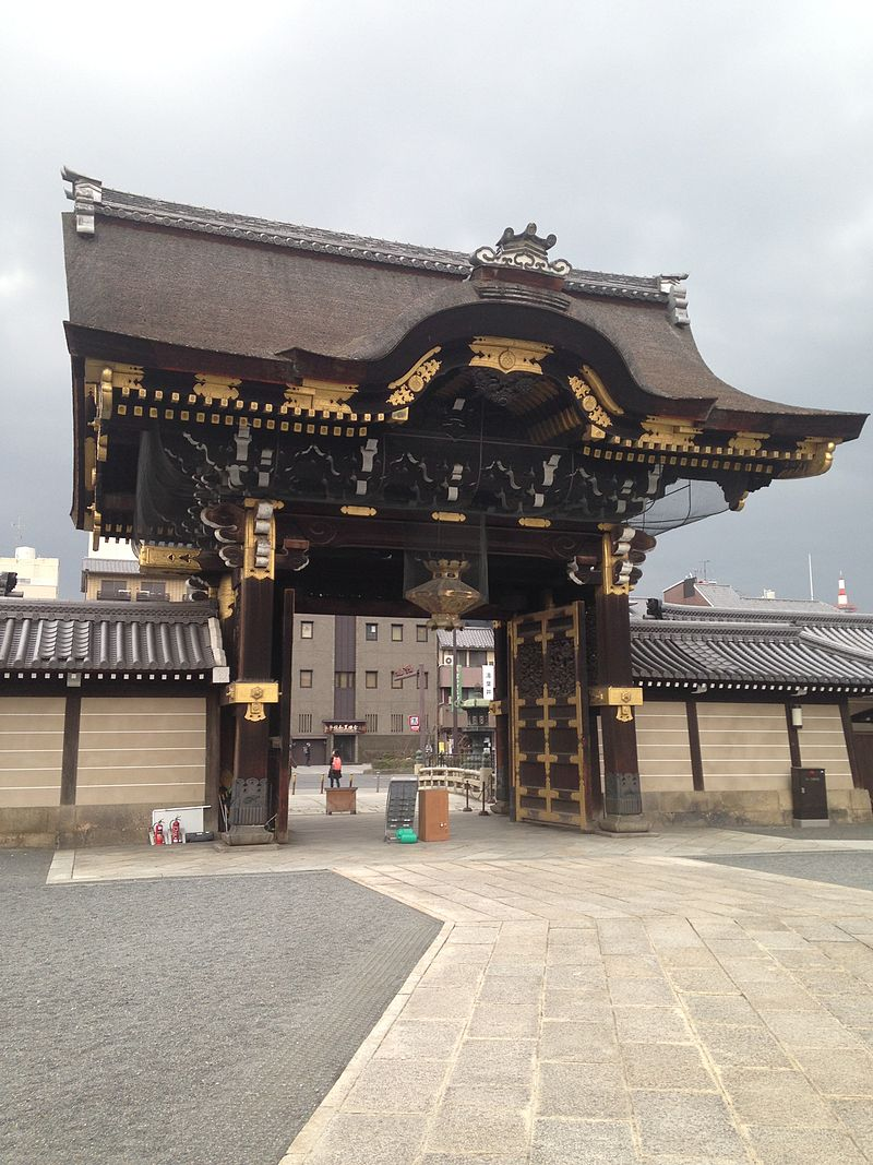 Amidadomon_of_West_Honganji_Temple_2.jpg