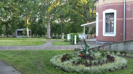 ammande-villa-garden.jpg