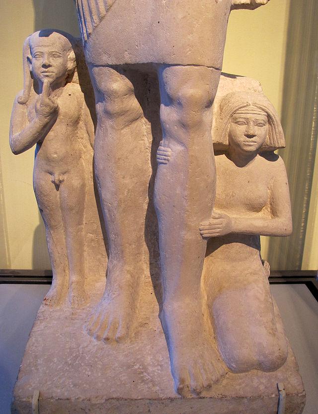 Antico_regno,_fine_della_V_dinastia,_inizio_VI,_statua_di_gruppo_familiare,_2371-2298_ac._ca._02.JPG