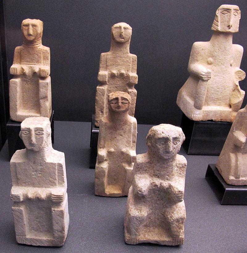 Antico_yemen,_al-jawf,_statuette_di_donne_sedute,_III-I_sec._ac._01.JPG
