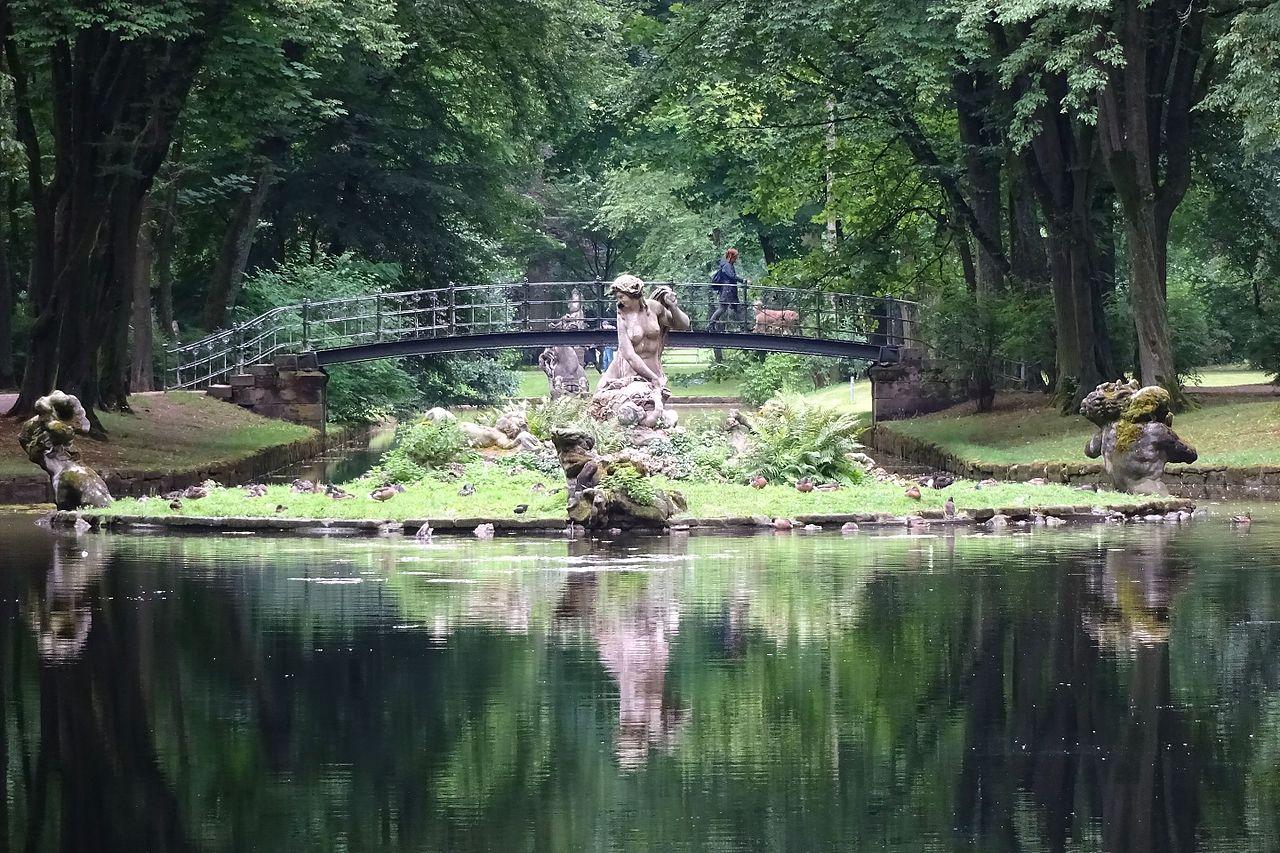 Bayreuth_Hofgarten_Neues_Schloss_Schwanen_Insel_Brücke.jpg