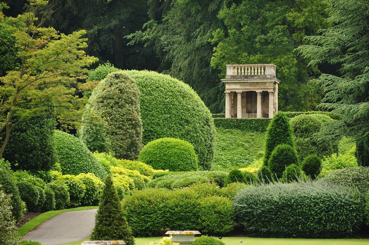 Bench_in_Brodsworth_Hall_garden_(9186).jpg