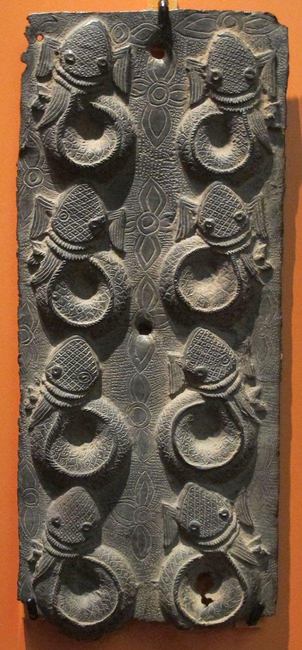 Benin,_decorazione_con_pesci,_XVI-XVII_sec.JPG
