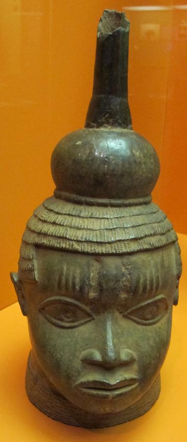 Benin,_testa_commemorativa_in_bronzo,_XVI-XVII_sec.JPG