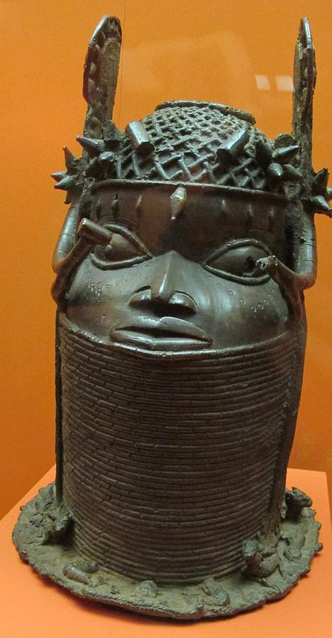 Benin,_testa_commemorativa_oba,_XIX_sec.JPG